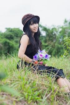 Portret van aziatisch meisje dat zwarte kleding draagt