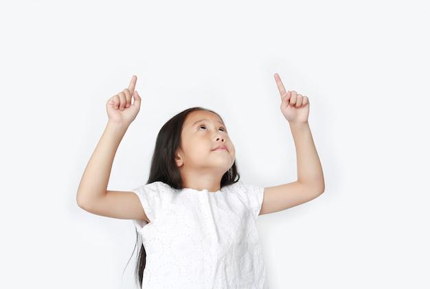 Portret van aziatisch weinig kindmeisje die wijsvinger twee benadrukken en hierboven geïsoleerd kijken.