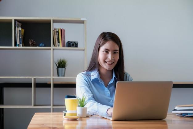 Portret van aziatische bedrijfsvrouw die van huis werkt. boekhoudkundige concept.