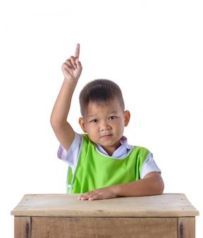 Portret van aziatische die jongen in eenvormige school op witte achtergrond wordt geïsoleerd