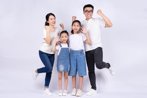 Portret van aziatische familie op witte achtergrond