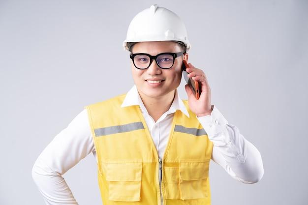 Portret van aziatische ingenieurs is aan de lijn