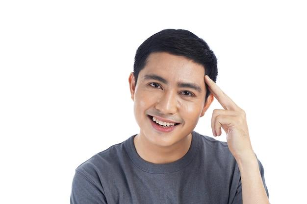 Portret van aziatische jonge knappe man geïsoleerd op wit