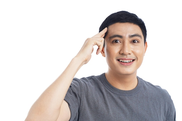 Portret van aziatische jonge knappe man op wit