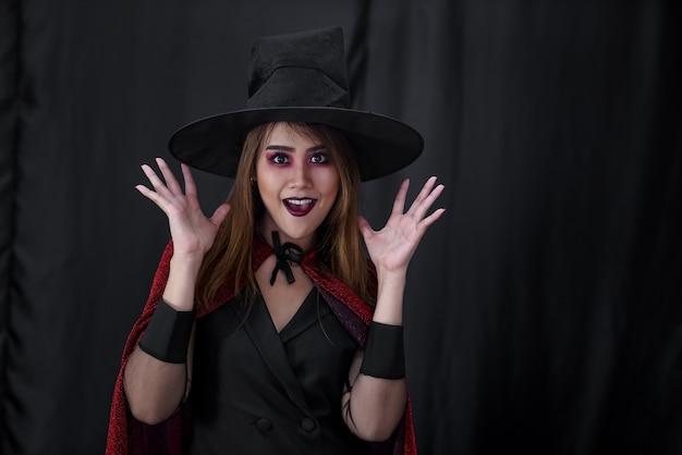 Portret van aziatische jonge volwassen tienervrouw dragen halloween-kostuumdoek