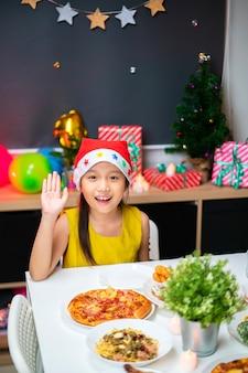 Portret van aziatische kerstmis van de meisjesviering