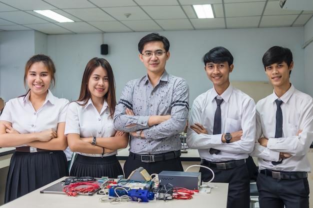 Portret van aziatische leraar en studenten in het laboratorium klas