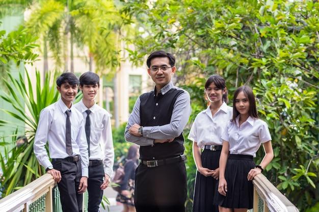 Portret van aziatische leraar en studenten in park
