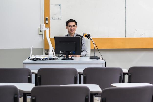 Portret van aziatische leraar in het klaslokaal, universitair onderwijsconcept