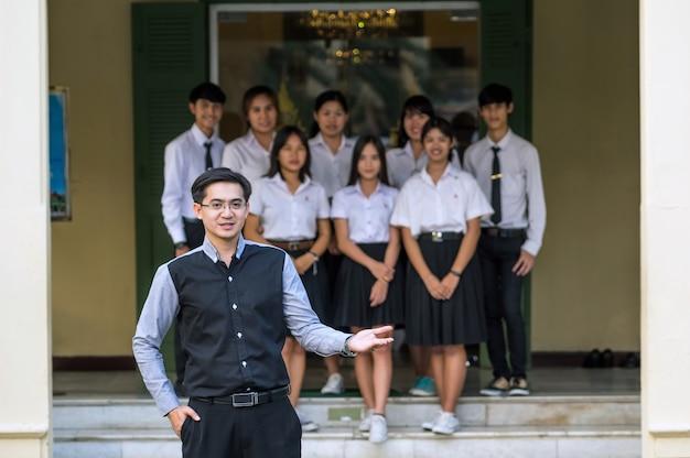 Portret van aziatische leraar in huidige actie de studenten