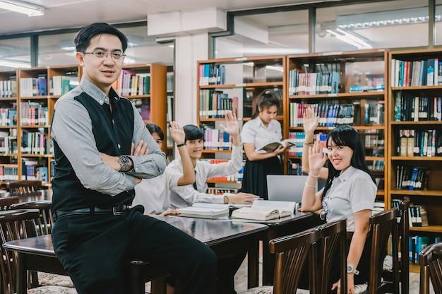 Portret van aziatische leraar les geven aan groep van studenten voor het beantwoorden van de vraag in de