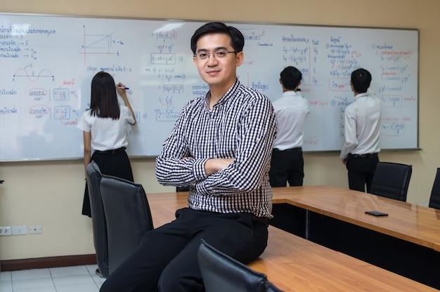 Portret van aziatische leraar voor studenten in het klaslokaal