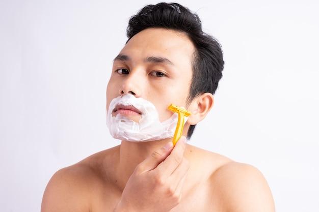 Portret van aziatische man scheren