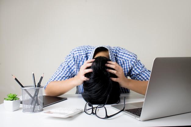 Portret van aziatische mensen wordt gestrest zonder werk.