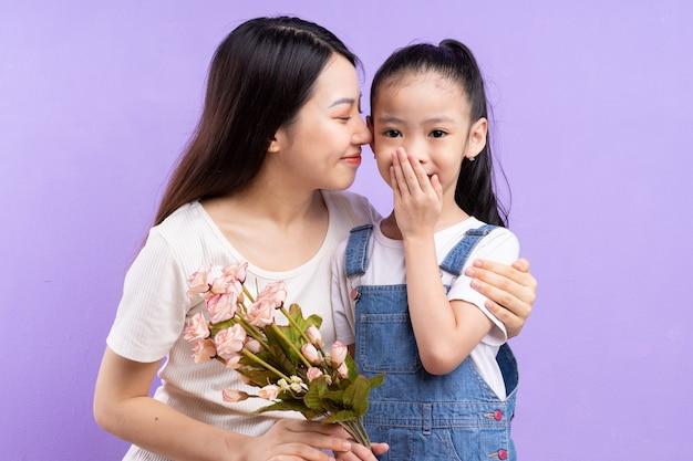 Portret van aziatische moeder en dochter op paarse achtergrond