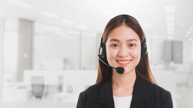 Portret van aziatische mooie glimlachende vrouw klant ondersteuning telefoon operator