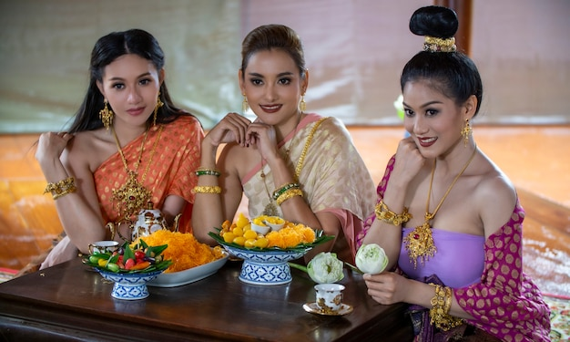 Portret van aziatische mooie lange zwarte haarvrouw met het traditionele kostuum van thailand en binnen stellen