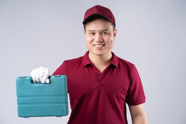 Portret van aziatische reparateur op grijs