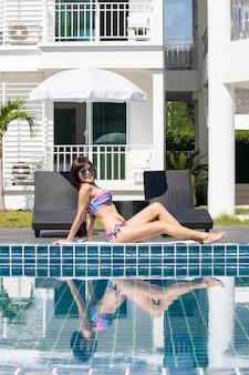 Portret van aziatische sexy vrouw bij zwembad