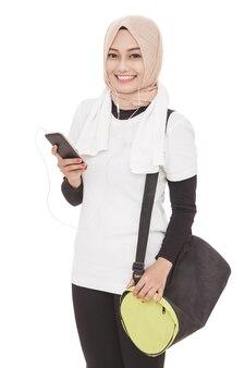 Portret van aziatische sportieve vrouw luisteren muziek