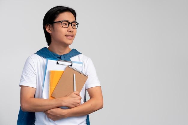Portret van aziatische tienerjongen klaar voor school