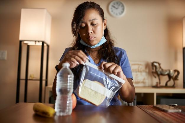 Portret van aziatische verpleegster thuis
