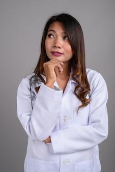 Portret van aziatische vrouw arts met golvend haar