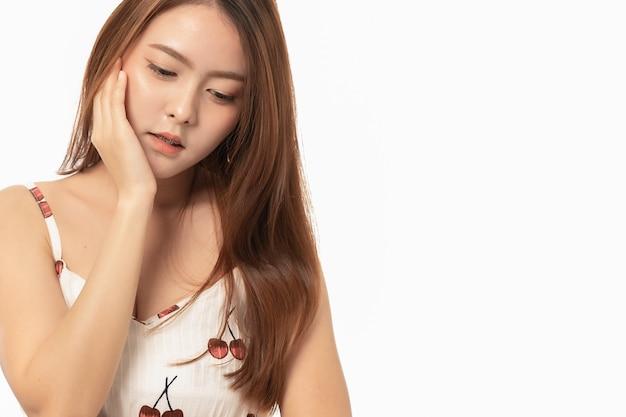 Portret van aziatische vrouw die aan kiespijnpijn op wit lijdt