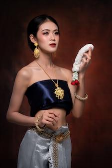 Portret van aziatische vrouw die typische thaise kleding draagt
