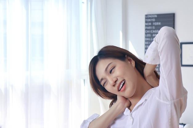 Portret van aziatische vrouw in bed op vakantie