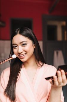Portret van aziatische vrouw in geweldige bui