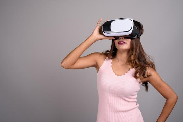 Portret van aziatische vrouw met behulp van virtual reality headset