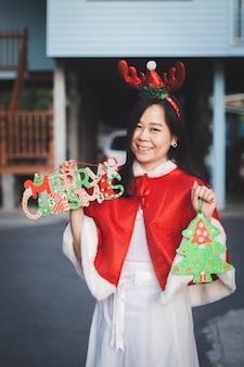 Portret van aziatische vrouw met glimlach thuis in prettige vakantie. gelukkig in kerstfestival en nieuwjaar.