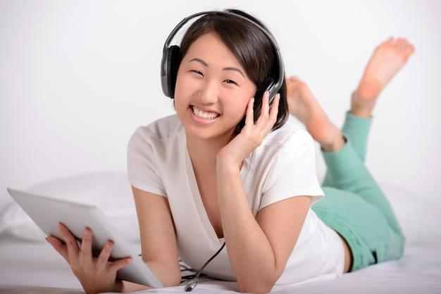 Portret van aziatische vrouw, resorts en luister naar muziek.