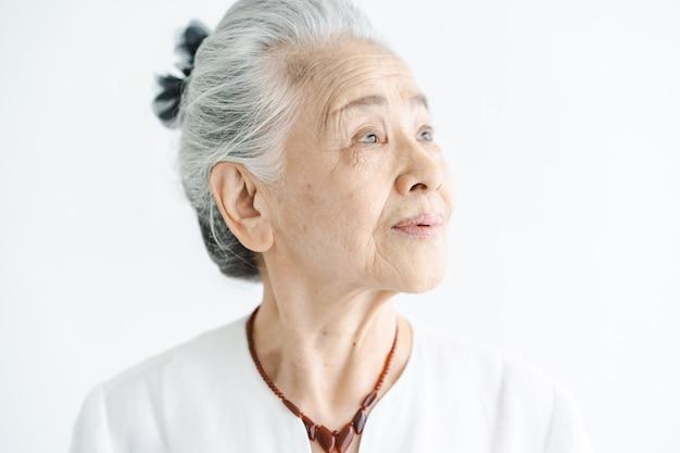 Portret van aziatische witharige oude vrouw