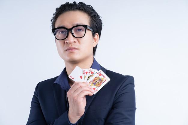 Portret van aziatische zakenman met poker