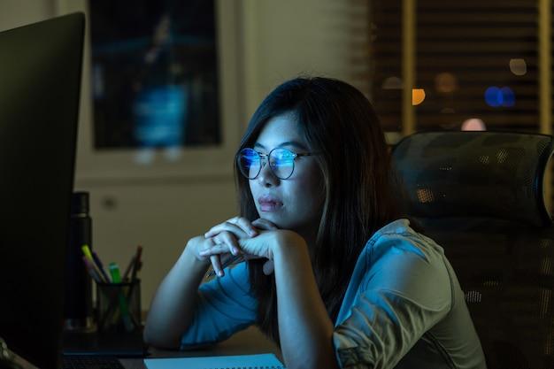 Portret van aziatische zakenvrouw hard werken en op zoek naar de digitale afbeelding
