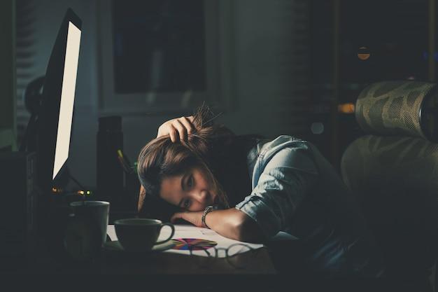 Portret van aziatische zakenvrouw zitten en hard aan het werken op de tafel met de voorzijde van de computer desktop
