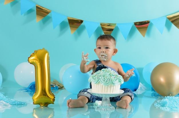 Portret van baby die zijn verjaardag viert smash cake-sessie