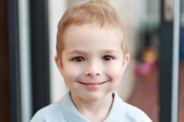 Portret van baby met grote ogen. gezicht van klein kind. lachende blanke jongen