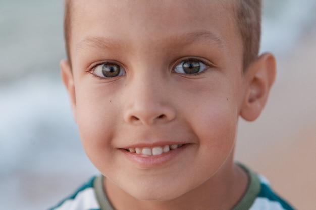 Portret van baby met grote ogen gezicht van klein kind