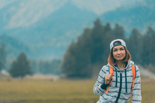 Portret van backpackervrouw in de bergen. actieve en gezonde levensstijl.