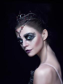 Portret van ballerina als zwaan op zwart