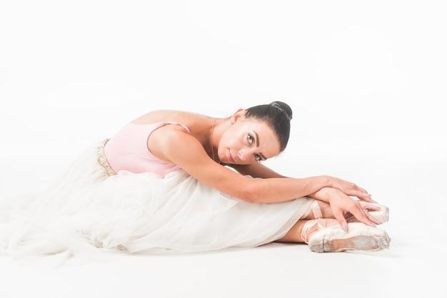 Portret van ballerina dat over witte achtergrond wordt geïsoleerd