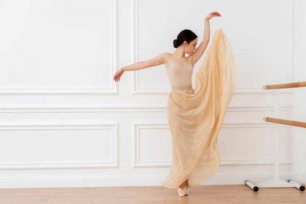 Portret van ballerina die klassieke dans uitvoert