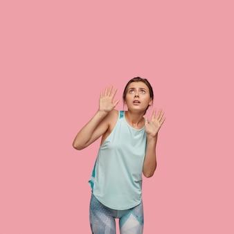 Portret van bang jonge vrouw met afgeluisterde ogen
