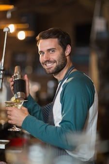 Portret van barman drankjes maken