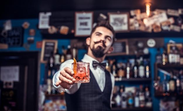 Portret van barman toont zijn vaardigheden over de toonbank