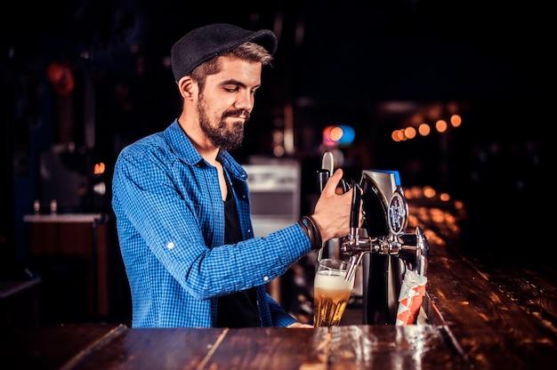 Portret van bartending drankje achter bar