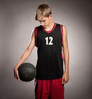 Portret van basketbalspeler op grijze achtergrond